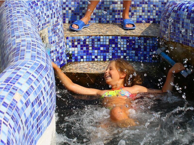 Девочка плещется в родниковой воде