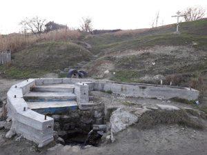 Ступеньки в бассейн с родниковой водой